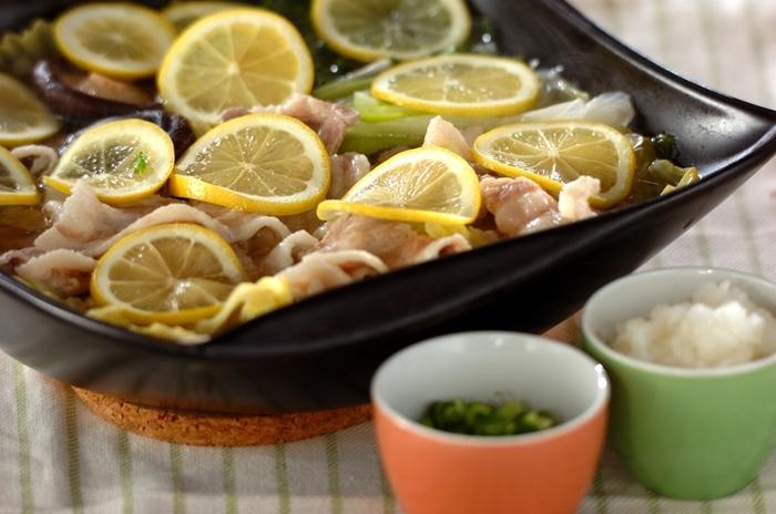 暑くて食欲がない日は、レモン鍋はいかがですか?輪切りにしたレモンを散りばめると花が咲いたようで食卓が明るくなりますね。 レモンをふんだんに使うことでさっぱりとして食べやすく、また、加熱することで甘みが増すので、酸っぱさが苦手という方にもおすすめです。