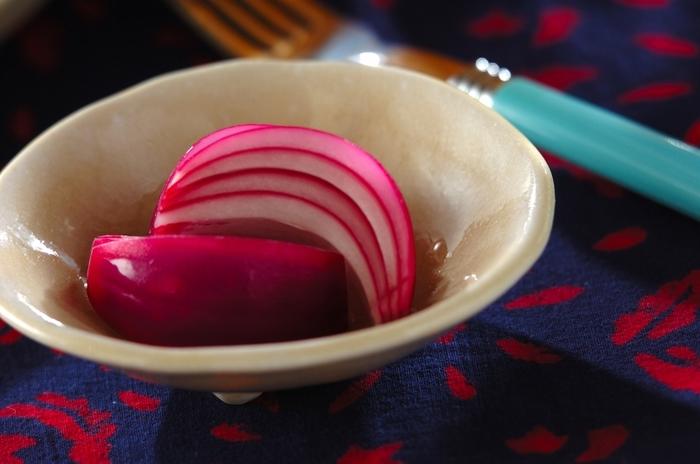 紫玉ねぎを使った、華やかなピクルス。紫玉ねぎは、色味を生かすためにも生のまま漬け込んでいます。紫色の元、アントシアニンが酢に反応して、さらに鮮やかな赤色になるのが楽しいですね♪