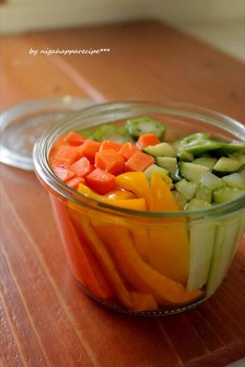 塩の代わりに塩レモンを使った、爽やかなピクルス。野菜は生のまま漬け込んでいるようです。色も食感も楽しめそうですね。