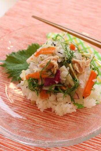 ピクルスを使って、暑い季節にぴったりのビネガーライスに。炊き上がったご飯が熱いうちにピクルス液を入れ、切るように混ぜ、具を合わせます。ピクルスを細かく刻むと、手まり寿司などにもしやすいですよ。