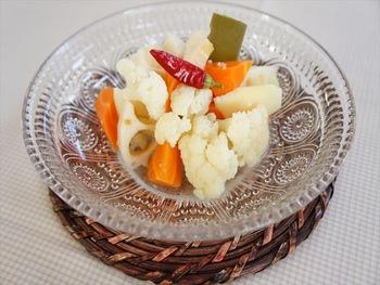 塩麹や昆布による和のうまみがたまらないピクルス。野菜は、すべて下ゆでしてから漬け込んでいます。