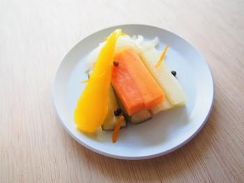 オレンジの搾り汁や皮を加えた、フルーティーで爽やかなピクルスは、2~3時間漬ければ食べ頃です。このレシピでは、野菜を生のまま、熱いピクルス液に漬けています。