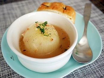 みずみずしく柔らかい新玉ねぎを使ったスープです。火の通りが早いので、丸ごと使ってもとろけるような味が楽しめます。  ベーコンとブイヨンでやさしい味付けにしているので、胃が疲れた時にもおすすめですよ。春らしい1品をぜひ味わってくださいね。
