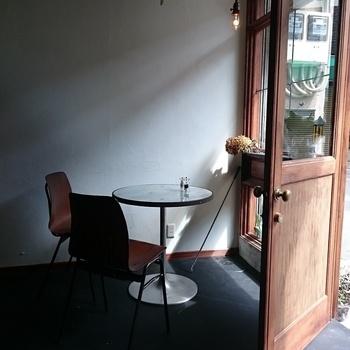 アンティークなインテリアやグリーンに囲まれた店内は、まるでパリのカフェのようなお洒落な雰囲気。女性一人でも気軽に入れて、ゆっくりくつろげる居心地の良い空間です。モーニングから営業しているので、ランチやカフェタイムはもちろん、京都散策の休憩にもぜひおすすめです☆