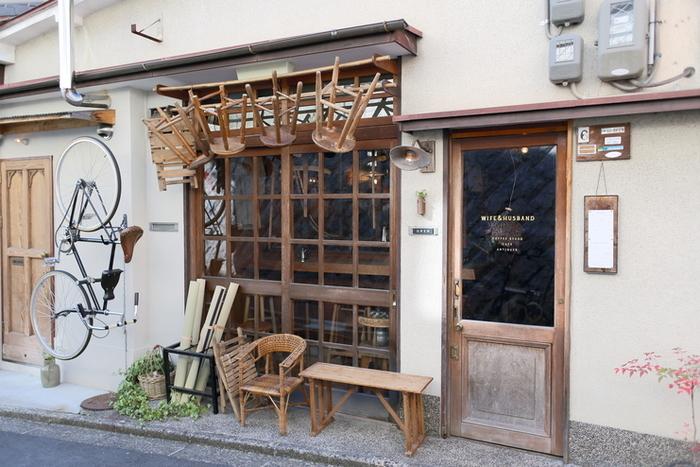 2015年にオープンした人気カフェ【WIFE&HUSBAND】さんは、素敵なご夫婦が営むおしゃれな自家焙煎珈琲のお店です。古民家を思わせる古風な佇まい、軒先に並ぶ可愛い丸椅子など。遊び心溢れる素敵な雰囲気に、お店に入る前からワクワクしてしまいます♪