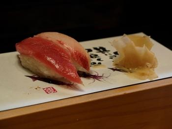 マグロや鰹(カツオ)のような太く大きな魚や、鰻のように細長い魚は「一本」または「一尾」(いちび)と数えます。  「一尾」は「尾のついた魚」を数える単位なので、鰯や鯵などほとんどの魚を数えるのに使えます。  ただし、魚を切ると数え方が数えます。  マグロや鰹など大きな魚を長方形に切り分けたものは「柵」(さく)、柵をさらに小さくしたものは「一切れ」と数えます。