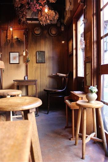 お店の中も什器や食器に至るまで、お二人のセンスが光るおしゃれな雰囲気。アンティーク家具や雑貨の独特の風合いが、長い歴史を持つ京都の街にしっくり馴染みます。そんな居心地の良い空間でいただく一杯のコーヒーは、その味わいもまた格別☆丁寧にハンドドリップしたコーヒー、美味しいスイーツやトーストなど、魅力的なメニューがいっぱいです。