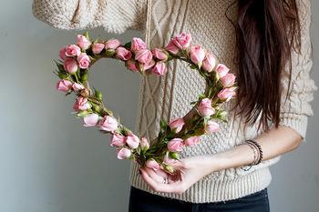4.全体にバラを留めて、麻紐をつけたら完成!とっても簡単ですよね。バラ以外の花を使っても可愛く仕上がるので、素敵な空間づくりのために作ってみてくださいね。