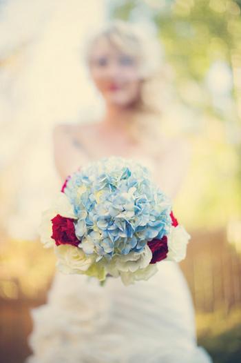 花嫁を美しく彩ってくれる「ブーケ」。結婚式には欠かせないアイテムです。ブーケも人任せにはせずに自分の好きな花やカラーを使ってこだわりたいですね。