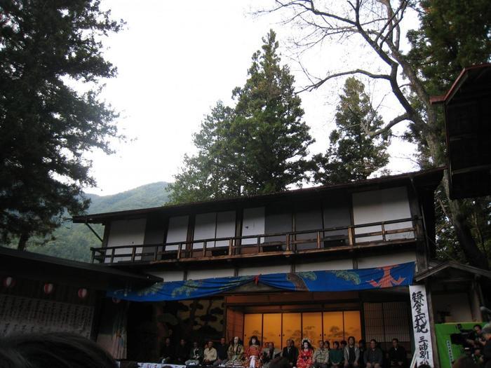 大鹿歌舞伎とは、江戸時代中期の1767年から庶民の娯楽の場として300年もの間、歌舞伎が上演されてきた地芝居です。現在でも上演されている春と秋の定期公演では、みなぎる熱気の中で役者と観劇客が一体になって場が盛り上げられます。ここでは、江戸時代の芝居小屋を彷彿とさせる趣を味わうことができます。