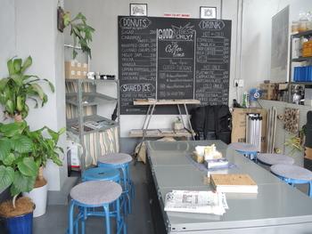 白×ブルーを基調としたおしゃれな店内は、男前でかっこいい雰囲気。お店には焙煎機も置いてあり、いい香りに包まれながら至福のコーヒータイムを過ごせます♪美味しいドーナツと本格的なコーヒーを求めて、何度でも通いたくなる魅力的なカフェです。