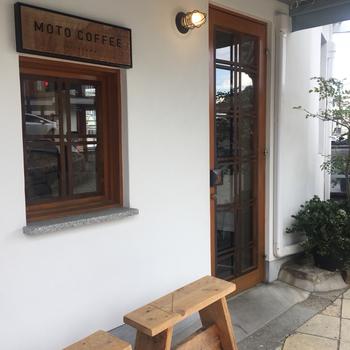 美味しいコーヒーが評判の【MOTO COFFEE】さん。川沿いにおしゃれな店舗を構え、川床のオープンテラス席も利用できる人気のお店です。木の温もりあふれる、シンプルでおしゃれな外観が印象的。パンとコーヒーはテイクアウトOKなので、お散歩がてらつい寄り道したくなる素敵なカフェです☆