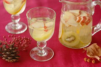こちらはワイングラスですが、柔らかい曲線とぽってりした厚みで優しい印象なので、普段使いにも。フルーツジュースやサイダーがいつもより華やかになりますよ。