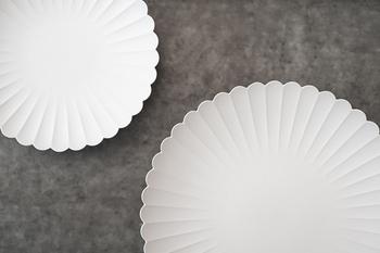 引き出物の定番人気「食器」。前までは割れるものは縁起が悪いといわれていましたが、最近では食器も引き出物として人気になっています。有田焼のパレスプレートは大輪の花のようなデザインが魅力。個性的なデザインのものより、シンプルなものを選ぶと◎
