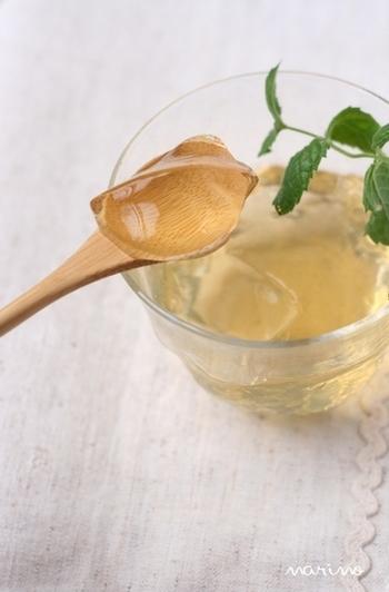 梅シロップアレンジレシピの定番「ゼリー」。ちゅるんとした食べ心地で、爽やかな味わいが口いっぱいに広がります。