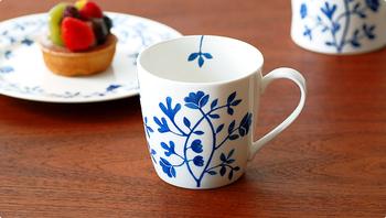 スウェーデン王室の御用達窯として1726年に創立された「Rorstrand(ロールストランド)」のマグカップ。こちらは500mlの大容量で、たっぷり飲めます。 楽しげに伸びているつる草は、カップの内側にまで回り込んでいて、飲むときにも目を楽しませてくれます。