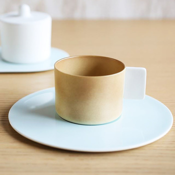 洗練された形が美しいですね。淡いブラウンのカップと、白に近い色合いの薄いブルーのソーサーの組み合わせもモダンです。 有田焼とは思えない現代的なデザインですね。