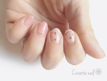 淡いピンクのネイルは、塗っている間も優しい気持ちになれる色。仕上がりも派手すぎず、いろいろなシーンに合うデザインです。