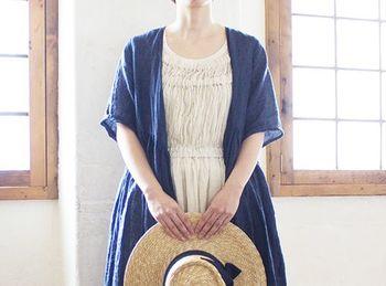 大きく襟ぐりが開いたワンピースに、リネンワンピースを重ね着してナチュラルな雰囲気に。