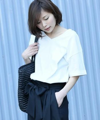 シンプルなVネックも鎖骨をきれいに見せてくれる服。ジャストサイズ、大きめサイズと、サイズによって印象が変わります。大きめVネックは、ラフな印象ですが、デコルテラインがきれいに見えるので、女性らしさがぐっと引き立ちます。