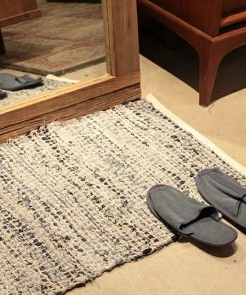 こちらは「JOURNAL STANDARD(ジャーナルスタンダード)」の裂き織りデニムラグマット。裂いた布は幅がランダムなので、織った時にデコボコするのが特徴的。マットに使うと足裏への心地よい刺激がヤミツキになります。コンパクトなので、玄関マットにも◎