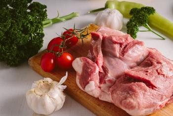 賞味期限の短い野菜や肉はいくつかの料理に応用できる、使い勝手の良い食材を選んで買うようにしましょう。 肉なら「鶏もも肉」、「豚小間切れ肉」、「ひき肉」など。野菜なら「じゃがいも」、「玉ねぎ」、「にんじん」などです。他にも白身魚やきのこ類なども応用がききやすい食材です。