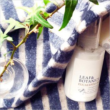 植物がもたらす恵みがたっぷりの、お肌にやさしく、使い心地のいいスキンケアシリーズ「LEAF&BOTANICS(リーフ&ボタニクス)」。植物性オイルとグリセリンをベースにした、自然とのつながりが感じられるボディクリームは、優しい香りでしっとりしたつけ心地。お肌がとっても潤います。