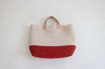 しっかりと織り込んで作られた裂き織りのバッグは、かなり丈夫なので長く使える優れモノ。布製バッグは革の持ち手と相性が良いので、上品な着こなしにも使えます。こちらはA4サイズの雑誌が入る大きさの万能トート。華やかなレッドカラーがコーディネートのアクセントにも。