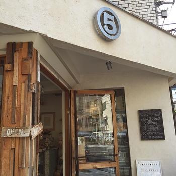 恵比寿にある「マルゴデリ エビス」は岡山発のフレッシュジュースやスムージーが楽しめるお店。外観もナチュラル感があっておしゃれですね。