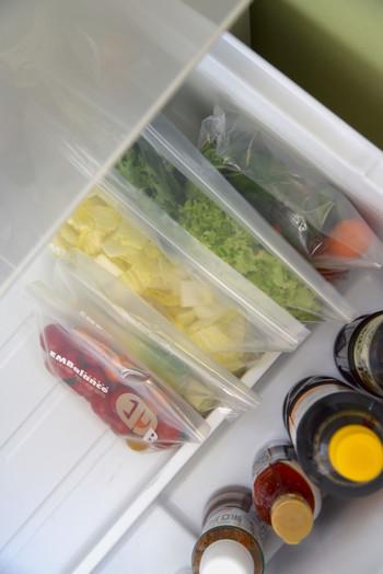 """ついついごちゃつきがちな「野菜室」。ですが、こちらも""""立てる収納""""を意識してみましょう。  使いやすさだけでなく、にんじんや葉物などの野菜は立てて収納することで長持ちするんです。"""