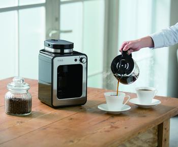 こちらはコーヒー豆にも対応した、ミル搭載のコーヒーメーカーです。ペーパーフィルターでは通すことができない、コーヒー豆から出る油分まで抽出するので、コクのある深い味わいのコーヒーに。さらに、蒸らし機能で雑味のないコーヒー本来の旨味を引き出します。