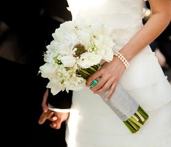 ◆クラッチ◆ 茎を長めにしたすらっとした縦のラインが印象的なクラッチ。花を束ねるだけの一番シンプルなブーケです。このように白だけでまとめると大人の女性に似合うエレガントな雰囲気に。