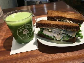 青山店にはボリュームたっぷりのサンドイッチも。朝食やランチに栄養がたっぷりと摂れそうですね。