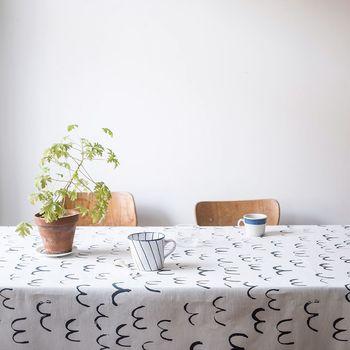 夏に向けてテーブルクロスも模様替えしてみてはいかがでしょう。例えばこちらのテーブルクロス。ラフに描かれた鳥モチーフが軽やかな雰囲気で可愛いですね。