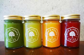 野菜と果物だけを絞ったロージュースも人気です。その場で絞るので鮮度も抜群♪飲みやすくておいしいと評判です。色もとってもキレイですね。