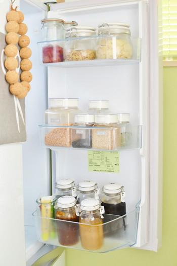 冷蔵庫のドアポケットには調味料や飲料を収納している人がほとんどだと思いますが、大きさの違う調味料の瓶や容器は収納しにくい要因のひとつに。  そんなときは容器を入れ替えて。ある程度、サイズを統一することでスッキリと収まります。倒れたりしまいがちなチューブ類も写真のようにまとめて立てて収納すればOK。