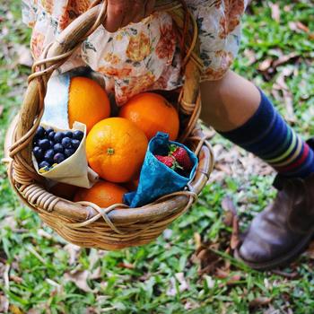 収穫したフルーツをまとめて持ち運ぶのにもぴったりの大きさですね。ブルーベリーなど細かな果物もラフに包むことができます。