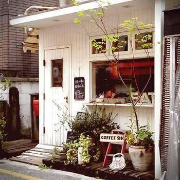 一軒家をリノベーションして2001年にオープンとカフェの先駆者的存在の「Cafe Lotta(カフェ ロッタ)」。手作り感のあるナチュラルなインテリアで、女子が集うのもうなずけますね。