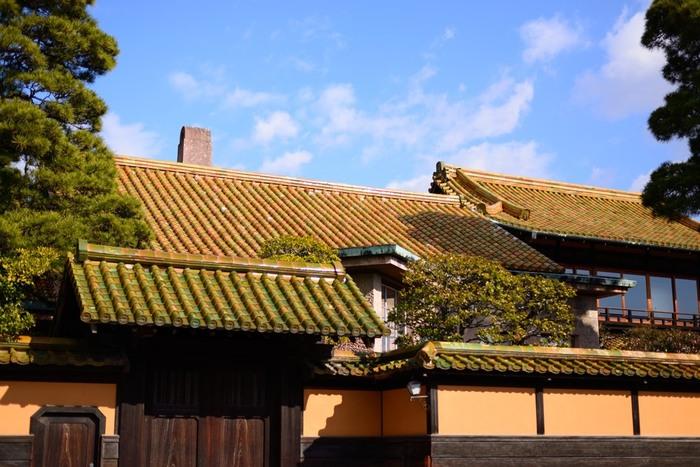 「大原美術館」に向かう道の手前右手には、重要文化財の「大原邸」があり、左手には「緑御殿」と呼ばれる、緑瓦の屋根が印象的な大原家の別邸「有隣荘」があります。この屋敷は、病弱な妻のために大原孫三郎が建築したもので、大原家の迎賓館としても使用されていました。