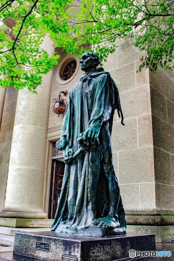 創立当初からの展示館の「本館」は、モネやルノワール、ゴーギャンやロートレック等など、19世紀から20世紀にかけての西洋名画を多く展示しています。【画像は、本館入り口に置かれる、ロダン作『カレーの市民』】