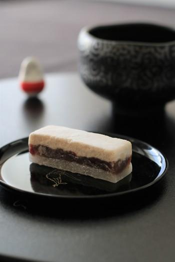 干菓子と粒あん、そして求肥の三層になった優しい和菓子。姫アジサイのブルーを眺めながら、お抹茶と一緒に召し上がってみてはいかがですか?