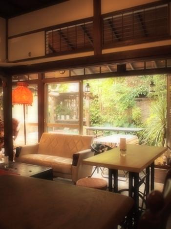 映画やドラマでも度々登場する、鎌倉を代表するカフェがこちらの「坂ノ下」です。優しい光が降り注ぐ古民家を改装したカフェは、そこにいるだけでドラマの主人公になった気分を味わえますよ。