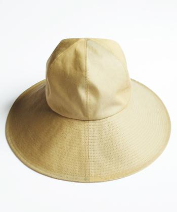 「ガーデンハット」と名付けられたこちらの帽子は、「mature ha.(マチュアーハ)」のもの。ハリのある生地が美しく、広いつばがカジュアルな中にも女性らしさを感じさせます。生地は撥水加工が施されているので、野外イベントでありがちな、急にお天気が変わった場合なども安心ですね。