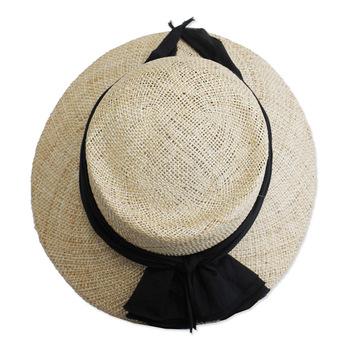「unlike:他と異なる、似ていない」という意味のスウェーデン語をブランド名に冠した「OLIKA(オリカ)」の麦わら帽。帽子職人が1点ずつ手作りしたのだそう。美しいけれど、ありそうでなかなかないフォルム。シルクコットン生地のたっぷりとしたリボンがどこかヴィンテージぽい雰囲気。クラシカルな女性らしさを感じさせます。