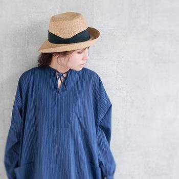 しなやかなラフィア素材を使ったリボンハットは、日本のブランド「maniera(マニエラ)」から。実際身に着けてみると、着用感がとても快適なのが分かります。シンプルなリボンのデザインが大人っぽくて洗練された印象。リボンは取り外し可能なので、気分に合わせて雰囲気を変えられます。