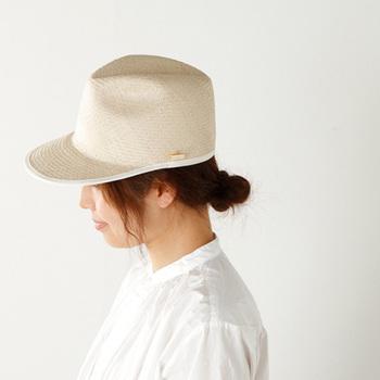 すっきりとしたフォルムが美しいラフィア素材のキャップ。「maniera(マニエラ)」らしい女性のフェミニンな魅力を引き出す上品なデザインが素敵です。白いシャツとジーンズなど、シンプルな装いのアクセントに取り入れてみてもいいですね。