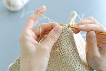 作り方が付いているので安心。特に難しい技法はいりません。細編みで中心から編み進めていくだけ。コツコツ一針一針丁寧に編む作業自体が何だか心嬉しい贅沢な時間。そんな楽しみを味わいながら、出来上がった完成品には、きっと特別な愛着が生まれるはず。