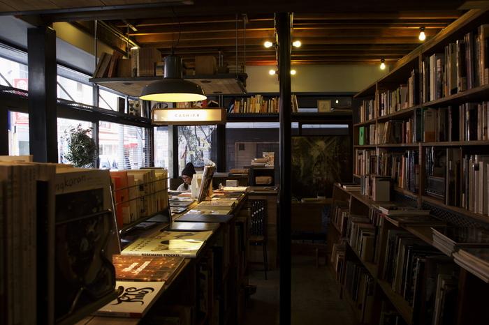 グラフィックやウェブのデザイナーとして活動していた中野さんと石井さんが、ネット上でお互いの活動を知り、直に会い活動に参加するうちに「本屋やらない?」と始まったそう。実店舗が誕生する1年前に、ウェブストアやイベント出店から開始。オープン1年目から友人・知人のクリエイターの作品や雑貨の販売も始めました。