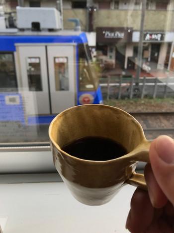 窓からは世田谷線がのぞめ、電車を眺めながらほーっと一息付けます。ギャラリやライブやワークショップも開催しているそうです。