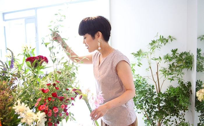 どんな人にどんな気持ちであげたいかを相談しながら、プレゼントの花を選んでくれます。自宅用には、どんな花瓶に活けるかまで考えてくれるのです。そして、花を抱えた姿を見てほしいからと、姿見まで設置するコダワリ。